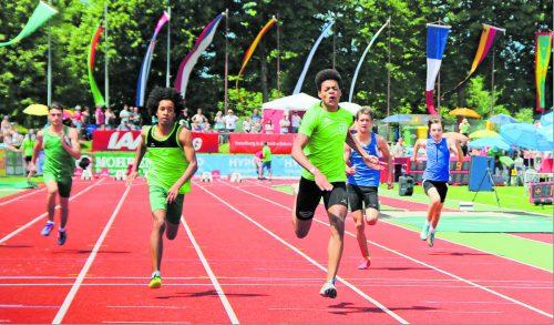 Oluwatosin Ayodeji (3. v. l.) setzte sich im 100-m-Sprint der Unter-16-Jährigen vor Nesta Ezeh (2. v. l.) durch. Ayodeji war einer von fünf Startern, die sowohl im Sprint als auch auf der Mittelstrecke triumphierten. Knobel/5