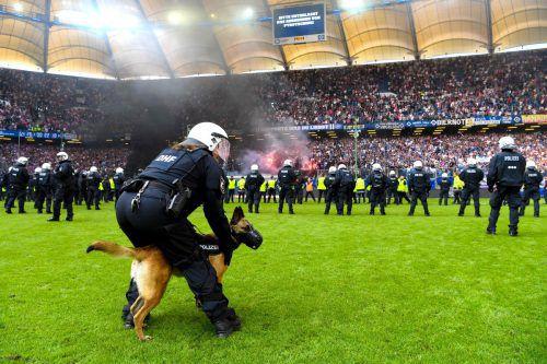 Ordnungshüter mit Hundestaffeln, aber auch berittene Polizeistaffeln sorgten in der Endphase für halbwegs Ruhe im HSV-Stadion.afp
