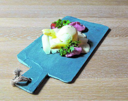 Passend zur Spargelzeit im Frühling: Weißer Spargel mit selbstgemachter Sauce Hollandaise und Räucherschicken. Klaus hartinger