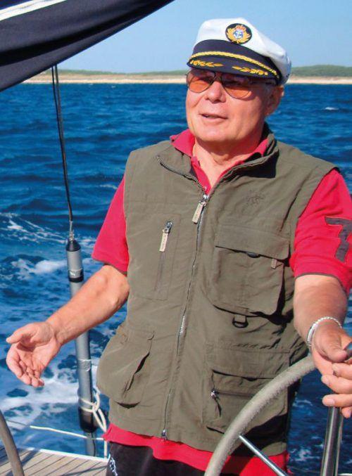 Pfarrer Peter Haas sorgt für ein sicheres Fortkommen auf dem Wasser.diözese