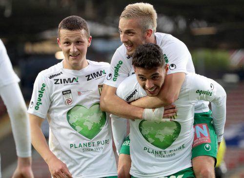 Pius Dorn, Bojan Avramovic und Kürsat Gülü (v. l.) jubeln über einen ungefährdeten 2:0-Sieg in Linz.Gepa