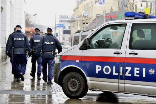 Polizeibeamte haben einen 36-jährigen Mann verhaftet, er bestreitet die Vorwürfe.