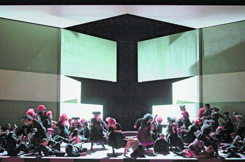 """Regisseur Homoki hat für """"La forza del destino"""" dem Naturalismus misstraut und stattdessen einen sinnbildhaften Zugang gewählt. Oper/Rittershaus"""