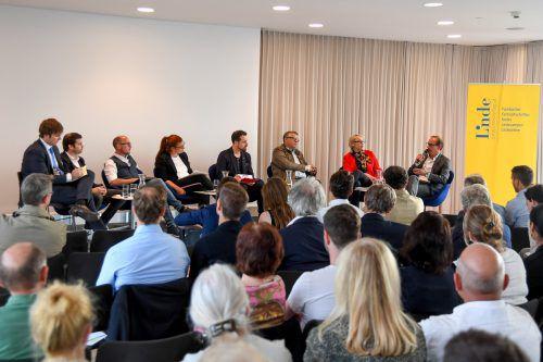 Rund 100 Besucher folgten der Einladung nach Dornbirn ins Raiffeisenforum, um die von VN-Journalist Michael Prock moderierte Diskussion zu verfolgen. VN/Lerch