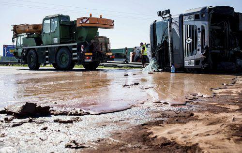 Rund 12 Tonnen Schokolade sind bei einem Lkw-Unfall auf der Autobahn ausgelaufen.