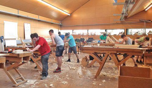 Rund vierzig Zimmererlehrlinge zeigten ihr Können beim Landeslehrlingswettbewerb für das dritte Lehrjahr. WKV