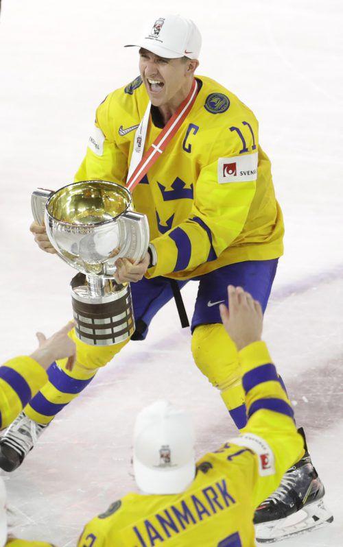Schwedens Kapitän Mikael Backlund präsentiert den Kollegen die WM-Trophäe, die Tre Kronor gewann zum elften Mal Eishockey-Gold. ap
