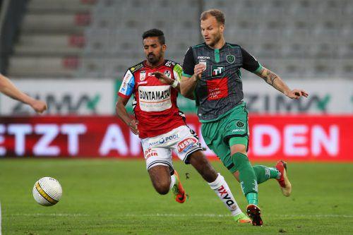 Seifedin Chabbi (im Bild links gegen Matthias Maak) und Co. gelang es nicht, den FC Wacker auf dem Weg zum vorzeitigen Meistertitel zu stoppen.gepa