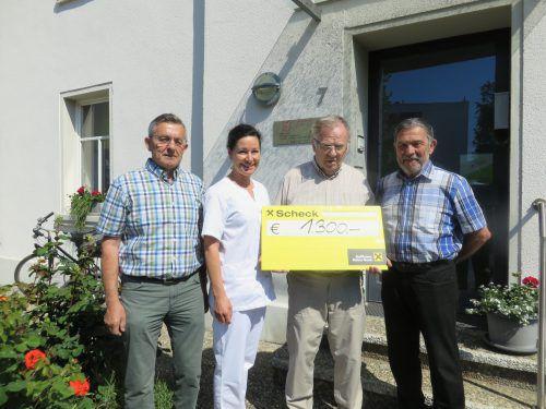 Seniorenbund-Obmann Franz Reinbacher und Kassier Hans Fitz übergaben den Erlös an Elisabeth Bohner und Obmann Erich König. Gemeinde