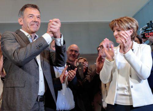 So sehen Sieger aus: Christine Oppitz-Plörer applaudiert ihrem Nachfolger Georg Willi, der mit seinem Sieg der Grünbewegung wieder Leben einhauchte.apa