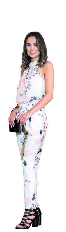 sommerlich                             elegant             Lisa trägt einen femininen Jumpsuit (149,90 €) und Sandaletten (135 €) von Alton Fashion & More in Feldkirch. VN/Steurer