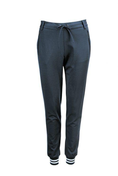 Sportlich             Joggpants von Fussl mit blauen Streifen. Gibt's um 39,99 Euro.