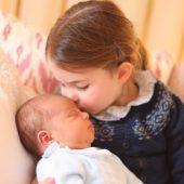 """<p class=""""caption"""">Stolze große Schwester: Prinzessin Charlotte gibt ihrem kleinen Bruder einen Kuss. AFP</p>"""