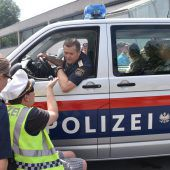 """<p class=""""caption"""">Stopp, Polizeikontrolle! Die Besucher durften sich selbst als Polizisten versuchen und eine Verkehrskontrolle vornehmen.</p>"""