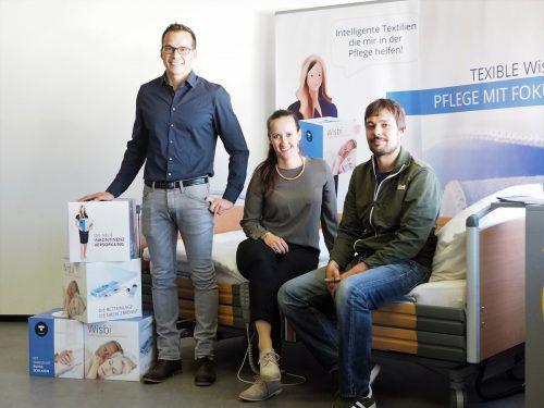 Thomas Fröis, Sarah Seyr und Manuel Scheiderbauer (v.l.) entwickeln Hightechtextilien, die die Pflege leichter machen. Firma