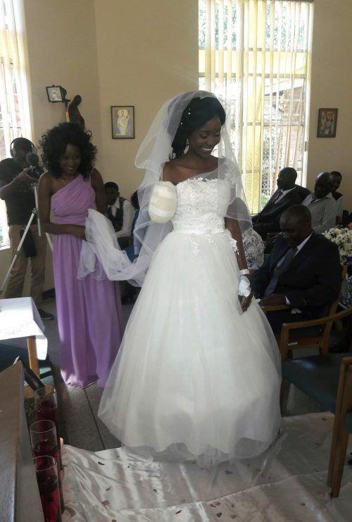 Trotz Amputation zog die Braut Zenele Ndlovu ihre Hochzeit durch. AP