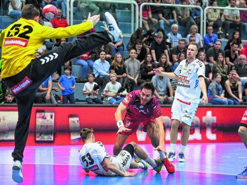 Trotz Bedrängnis zirkelt Hard-Linkshänder Boris Zikovic (fünf Tore) den Ball am Kopf von Fivers-Goalie Boris Tanic vorbei.gepa