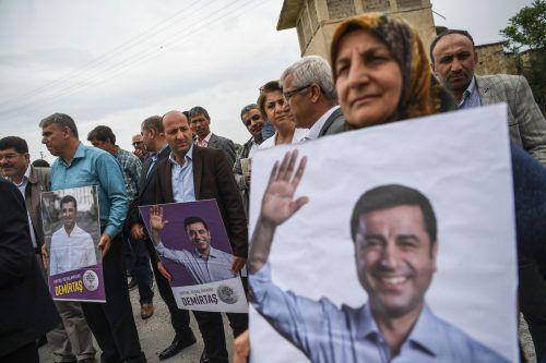 Vor dem Gefängnis fand eine Kundgebung für den früheren Parteichef statt. AFP