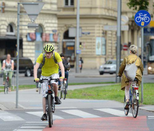 Vorausgesetzt, es gibt gut ausgebaute Radwege, kann mehr Fahrradverkehr die Straßen in Großstädten sicherer machen. apa