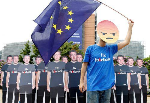 Während Mark Zuckerberg im EU-Parlament Fragen beantwortete, wurde vor dem Parlamentsgebäude demonstriert. reuters