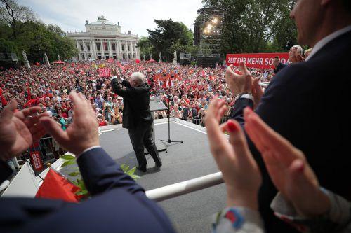 Wiens Langzeitbürgermeister Michael Häupl wurde am Tag der Arbeit auf dem Rathausplatz mit Jubel und Applaus verabschiedet. apa