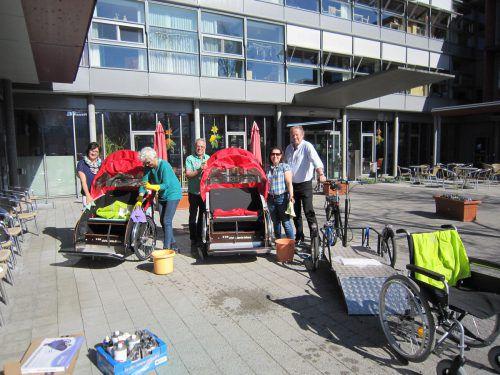 Zum Saisonauftakt bringt Karl Baur (rechts) mit seinem Team die Rikschas auf Hochglanz. Verein Radeln ohne Alter