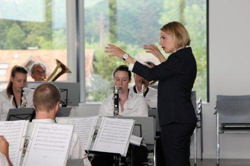 Als Dirigentin hat Janine Eugster ihre Musikerinnen und Musiker fest im Griff.khbg