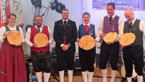 Als Gastgeschenk gab es für alle Vereine eineHolzuhr der Schnitzerei Madlener.