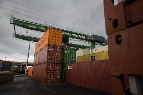 Am Güterbahnhof stapelt sich die Exportware, doch der Weltwirtschaft drohen Gewitter und Stürme. VN/Hartinger