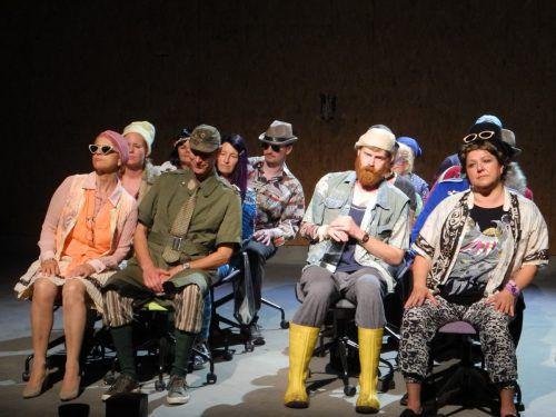 """Anarttheater Hard spielt seit gestern Abend """"Der wunderbare Massenselbstmord"""" von Arto Paasilinna.VN/cd"""