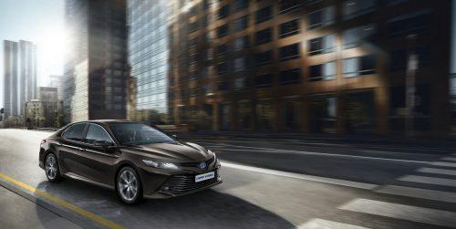 Anfang 2019 feiert ein alter Bekannter seine Rückkehr nach Europa: Nach 15-jähriger Abwesenheit wird Toyota die Mittelklassebaureihe Camry wieder anbieten – aber diesmal mit spannenderer Optik und Hybridantrieb.