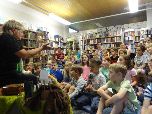 Anna Hutter nahm die gespannten Zuhörer mit in die Welt der Märchen. Bücherei Sulz-Röthis