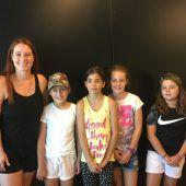"""<p class=""""caption"""">Anne Klinge mit den vier VN-Kinderreporterinnen. VN/Gunz</p>"""