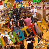 """<p class=""""caption"""">Auch am Tag zwei war die größte Buchhandlung Vorarlbergs ein Anziehungspunkt für große und kleine Messebesucher.   VN/Steurer</p>"""