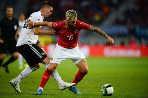 Auch Deutschlands Niklas Süle hatte so seine Probleme mit dem quirligen und dribbelstarken Peter Zulj (rechts).gepa