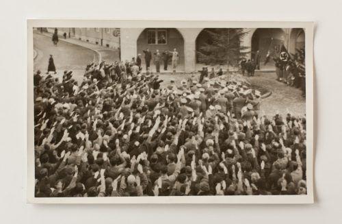 Aufmarsch der Nationalsozialisten vor den Toren der Bludenzer Altstadt. Viele Bürger waren gekommen, um ihre Unterstützung kundzutun. Archiv