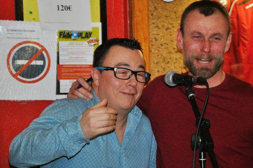Axel Lawarée (rechts) entpuppt sich zuweilen auch als Stimmungskanone und stimmt vor dem Mikrofon das eine oder andere Lied an.privat