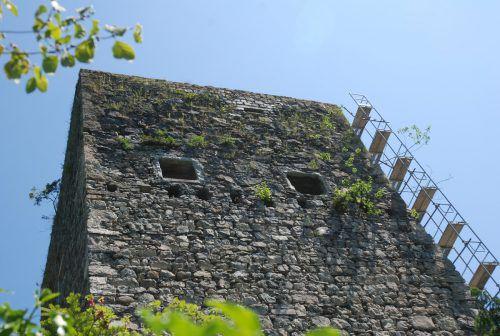 Bei der Burgruine in Feldkirch Tosters konnten dank der Burgenaktion die Mauern des Bergfriedes befestigt werden.VLK, Museumsverein