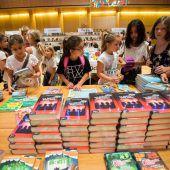 """<p class=""""caption"""">Beim Stand des Druckwerks konnten Kinder entdecken, wie die ersten Bücher gedruckt wurden. Im Lesesaal gab es genügend gedruckte Bücher zum Schmökern.</p>"""