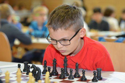 Benjamin Kienböck konzentriert am Schachbrett.