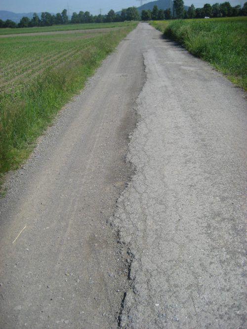 Bestehende Wege werden noch in diesem Jahr mit Spritzbelag saniert. Gemeinde