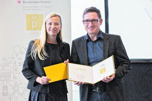 Bundesministerin Juliane Bogner-Strauß gratuliert Gerhard Müller.???