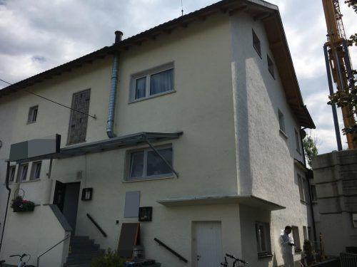 Das 27-jährige Opfer stürzte aus dem zweiten Obergeschoß dieses Hauses und erlitt dabei tödliche Kopfverletzungen. vol.at/Pletsch