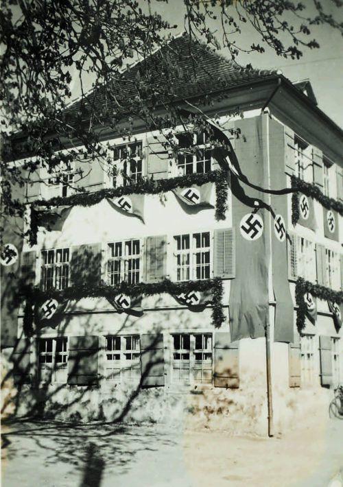 Das beflaggte alte Lustenauer Rathaus.               H. Hämmerle/ historisches archiv marktgemeinde lustenau