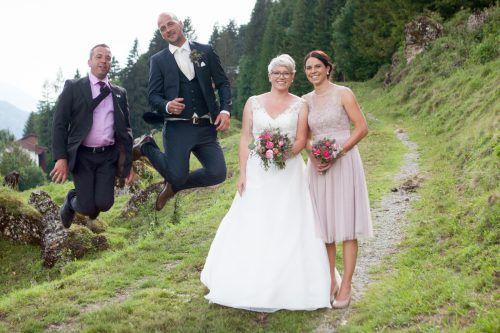 Das Ehepaar Patrick und Anna-Lena Eller (M.) gemeinsam mit den Trauzeugen Mario Tiefenthaler (l.) und Stefanie Zengerle (r.).