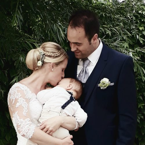 Das glückliche Ehepaar posiert zusammen mit ihrem zehn Monate alten Sohn Maximilian.