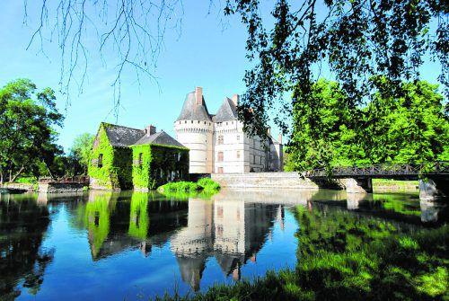 Das Schloss mit der alten Mühle lädt zum Picknick im Park ein.