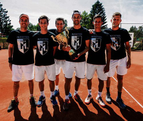 Das Sextett des TC Dornbirn präsentiert in den Meistertrikots stolz den Siegerpokal der zweiten Tennis-Bundesliga. Steurer