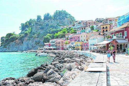 Das Städtchen Parga in der Region Epiros von der Uferpromenade aus.