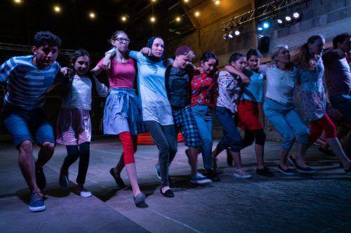 """""""Kindsein ist kein Zuckerschlecken"""" des Walktanztheaters war ein Projekt, das durch die Zusammenarbeit mit Schulen an Elan gewonnen hat. Sarah mistura"""